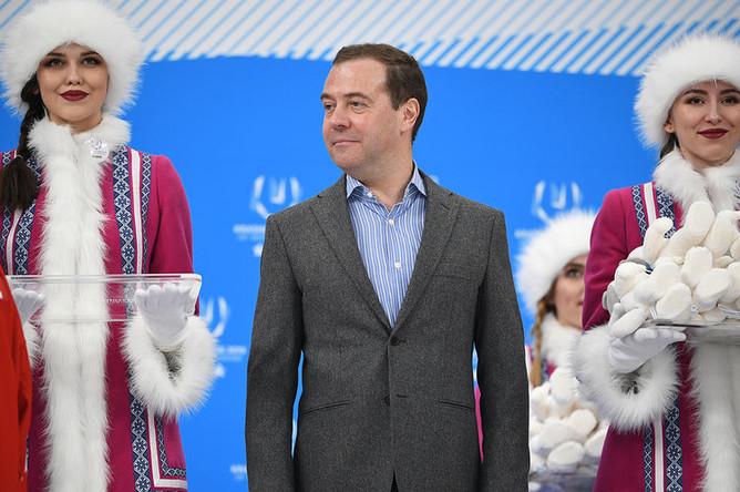 Председатель правительства России Дмитрий Медведев на церемонии награждения после окончания финального матча соревнований по хоккею среди мужчин между студенческими сборными России и Словакии на XIX Всемирной зимней Универсиаде-2019 в Красноярске, 12 марта 2019 года