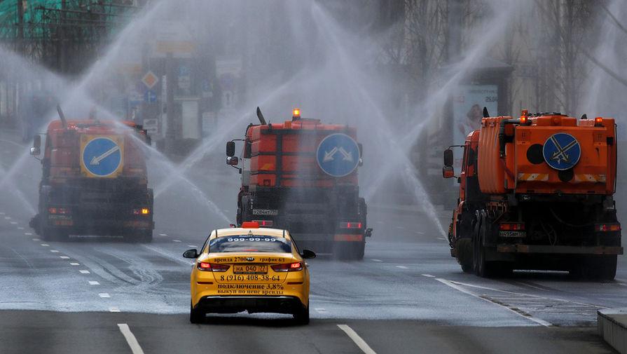 Распылительная и поливомоечная техника во время дезинфекции проезжей части в Москве, 12 апреля 2020 года