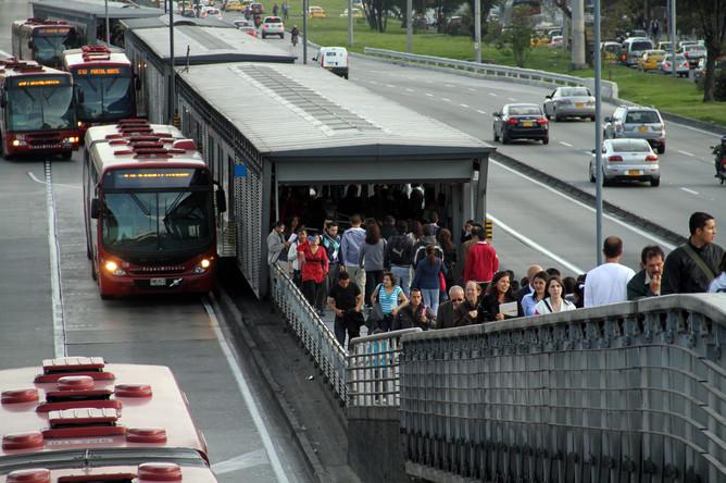 Автобусы TransMilenio около остановки