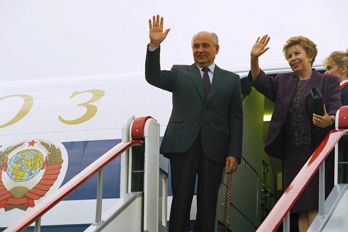 Михаил Горбачев с супругой Раисой в аэропорту Лондона. Фото: Александр Земляниченко/AP