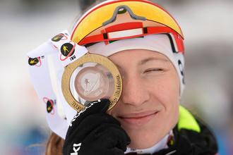 Дарья Домрачева на церемонии награждения на восьмом этапе Кубка мира по биатлону сезона-2014/15 в норвежском городе Холменколлене, где заняла первое место в спринте среди женщин