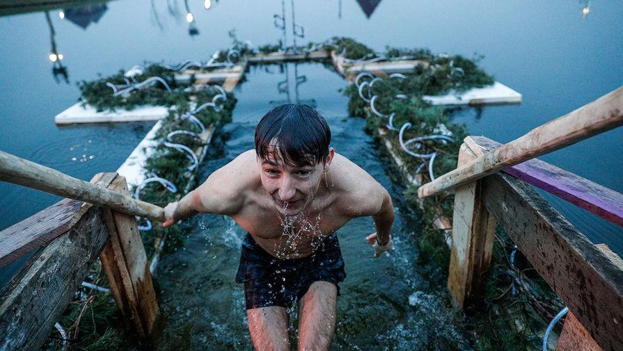 Мужчина во время крещенских купаний на территории агро-туристического комплекса «Подворье на Хуторской» в Калининградской области