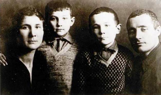 Семья Космодемьянских: Любовь Тимофеевна, Зоя, Анатолий Петрович. 1931 год