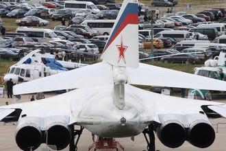 Сверхзвуковой стратегический бомбардировщик-ракетоносец Ту-160 во время Международного авиационно-космического салона «МАКС-2009» в Жуковском, 2009 год