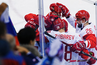 Игроки сборной России радуются забитому голу в полуфинальном матче Чехия- Россия