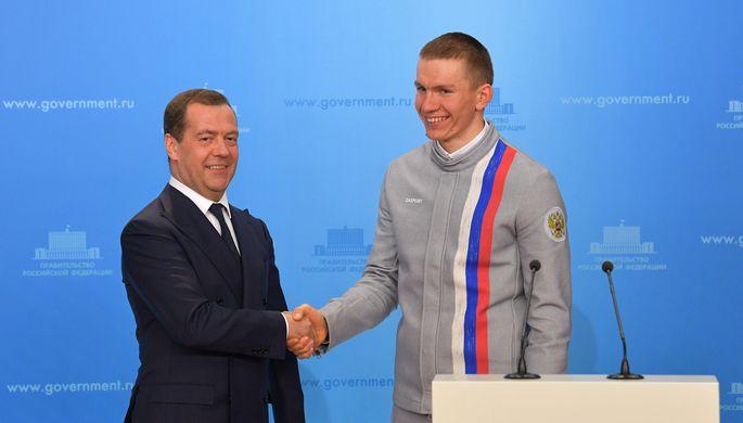 Премьер Правительства России Дмитрий Медведев (слева) и четырехкратный призер Олимпийских игр в Пхенчхане в лыжных гонках Александр Большунов