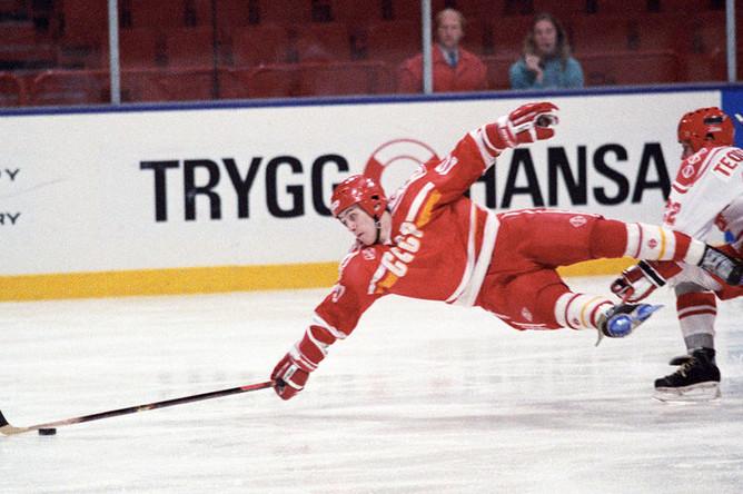 Чемпионат мира по хоккею с шайбой в Стокгольме, 1989 год. На фото: в падении шайбу выбивает Александр Могильный