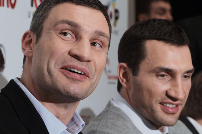 Украинские боксеры, братья Виталий и Владимир Кличко (слева направо) на пресс-конференции, посвященной пресс-показу документального фильма режиссера Себастьяна Денхардта «Кличко» в Киеве.
