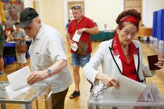 Биты и пьяный глава комиссии: на Украине стартовали выборы