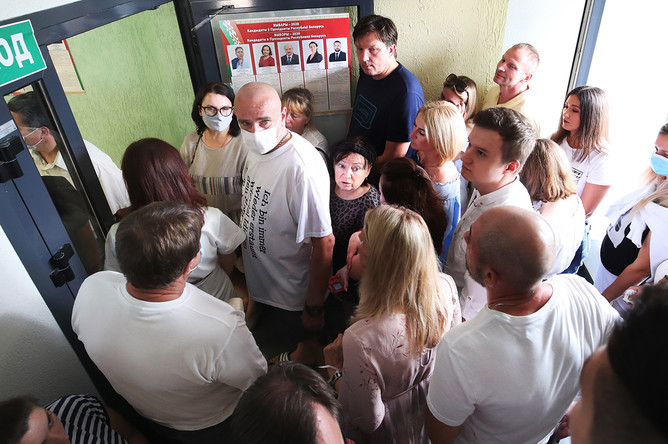 Местные жители в очереди на избирательный участок в день выборов президента Белоруссии, 9 августа 2020 года