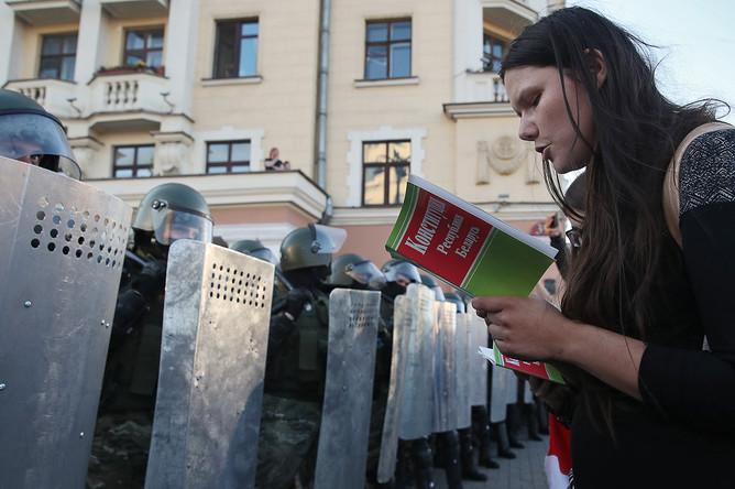 Сотрудники белорусских силовых структур и участница масштабной акции протеста в Минске, 20 сентября 2020 года