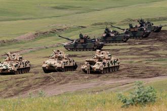 Боевые машины пехоты Bradley и танки M1A2 Abrams армии США принимают участие в совместных военных учениях НАТО в Вазиани в окрестностях Тбилиси