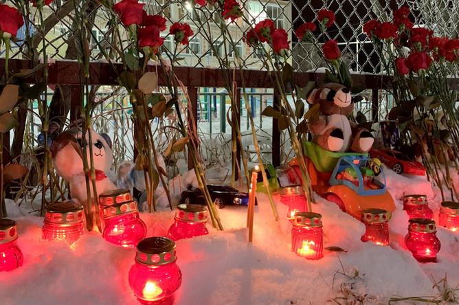 Стихийный мемориал у детского сада «Сказка» в Нарьян-Маре, где был убит шестилетний мальчик