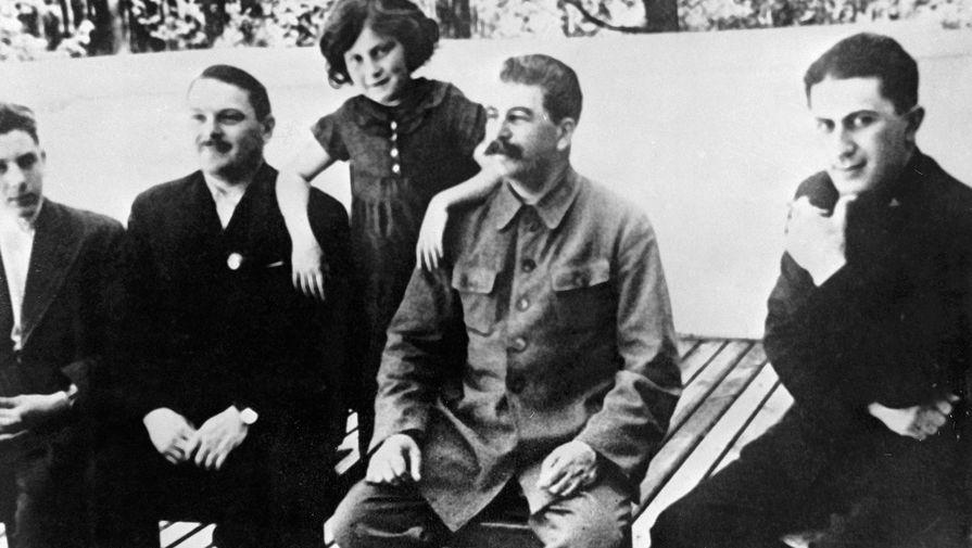Генеральный секретарь ЦК партии Иосиф Виссарионович Сталин (второй справа), секретарь ЦК Андрей Александрович Жданов (второй слева) и дети И.В. Сталина Василий (слева), Светлана (второй слева) и Яков (справа), 1930 год