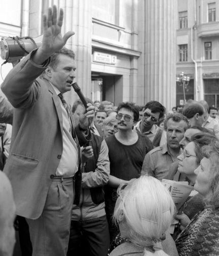 В 1989 году появляется Либерально-демократическая партия Советского Союза, соратником Жириновского тогда был Владимир Богачев. Партию зарегистрировали лишь в начале 1991 года, а уже с 1992-го Советский Союз пропадает из названия партии &mdash; на ее месте появляется всем известная ЛДПР. <br>На фото: Жириновский проводит предвыборный митинг на Арбате, 1991 год