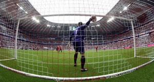 Голкипер «Баварии» достает мяч из сетки