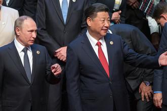 Президент РФ Владимир Путин и председатель Китайской Народной Республики Си Цзиньпин во время совместного фотографирования на церемонии открытия международного форума «Один пояс, один путь» в ходе рабочей поездки в Китай, 14 мая 2017 года