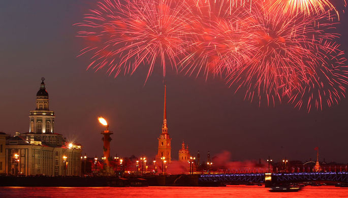 Праздничный салют в честь Дня Победы в Санкт-Петербурге