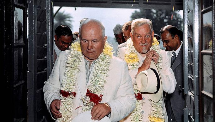 Первый секретарь ЦК КПСС Никита Сергеевич Хрущев и советский государственный и военный деятель, Маршал Советского Союза Николай Александрович Булганин (слева направо) в ботаническом саду во время визита в Индию, 1955 год