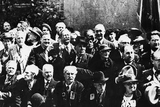Морис Торез, Леон Блюм и Марсель Кашен на торжественном митинге, посвященном памяти коммунаров. 1936 год. Фотография из газеты «Юманите»