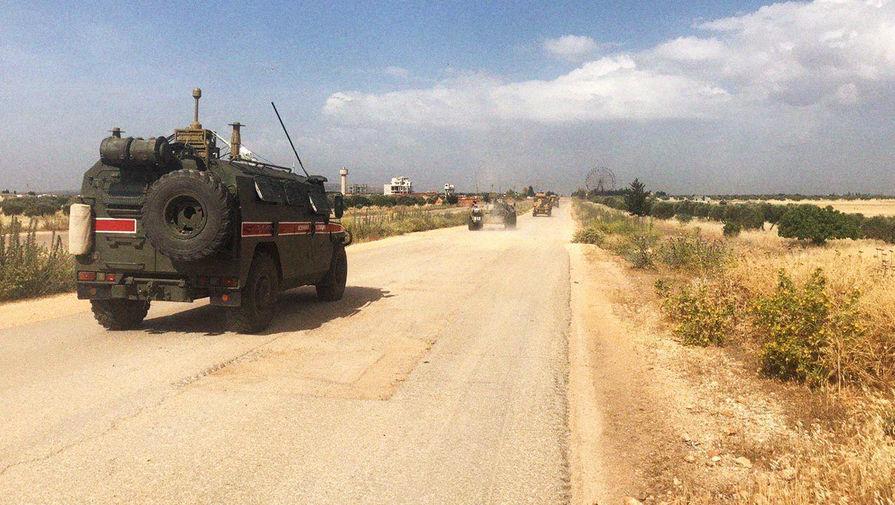 Преградили путь: в Сирии произошло столкновение БТР РФ и США