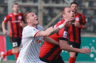Игрок «Локомотива» Ян Дюрица (слева на первом плане) и футболист «Амкара» Мартин Якубко