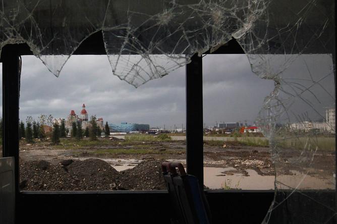 Вид на олимпийские объекты из окна заброшенного автобуса в Адлере