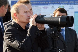 Владимир Путин на смотровой площадке на острове Русский