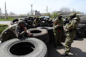 Ополченцы у баррикад из автомобильных покрышек у захваченного здания городского совета Константиновки Донецкой области