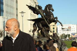 Скульптор Салават Щербаков около памятника Михаилу Калашникову в центре Москвы, 22 сентября 2017 года