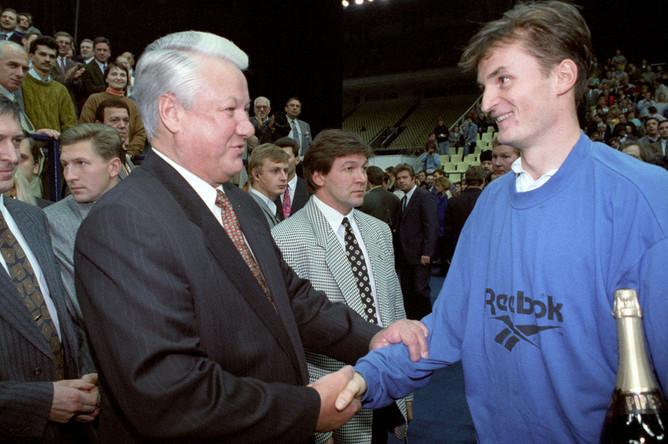 Президент Российской Федерации Борис Ельцин поздравляет с победой в «Кубке Кремля» российского теннисиста Александра Волкова, 1994 год