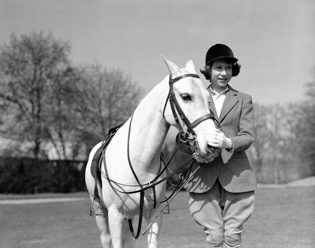 Одним из увлечений Елизаветы II всегда был конный спорт. Еще в прошлом году во время карантина 94-летняя королева была сфотографирована во время прогулки по Виндзорскому парку — она ехала верхом на 14-летнем уэльском пони по имени Балморалский папоротник. На фото 13-летняя принцесса после конной прогулки по Большому Виндзорскому парку в 1939 году.