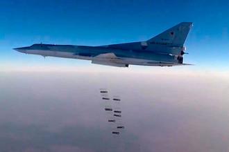Дальний бомбардировщик Ту-22М3 во время нанесения удара осколочно-фугасными боеприпасами по объектам ИГ вокруг осажденного Дэйр-эз-Зора