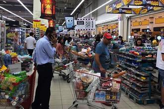 Очередь в кассы в одном из супермаркетов в Дохе