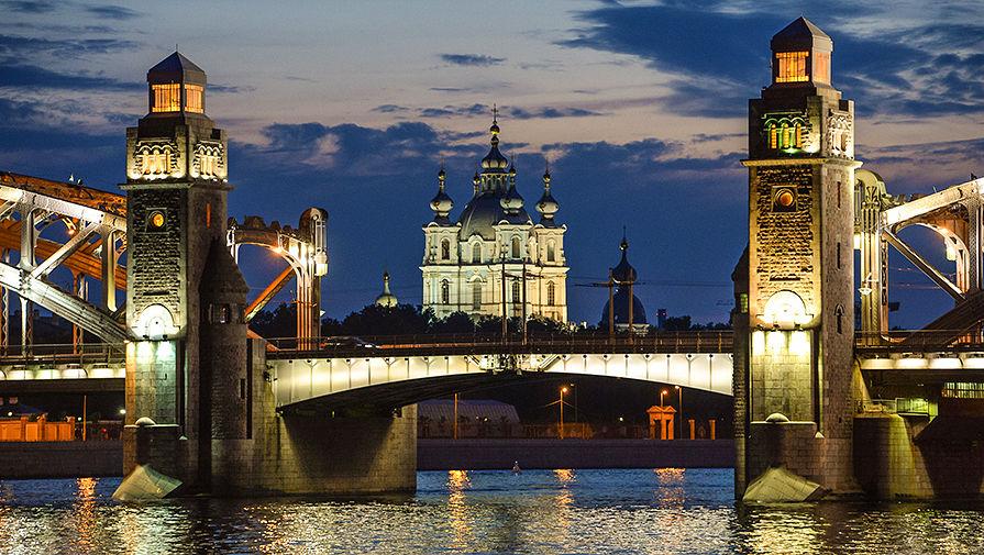 Вид на мост Петра Великого и Смольный собор в Санкт-Петербурге