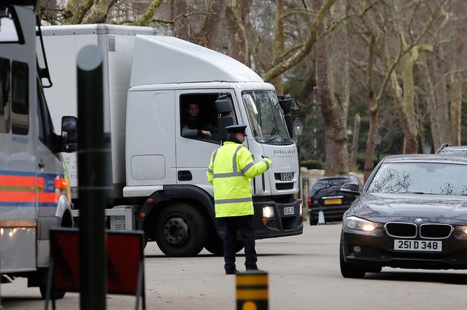 Грузовой автомобиль во время выезда из ворот российского посольства в Лондоне, 20 марта 2018 года