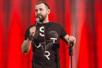 Микрофон и барный стул: что происходит со стендапом в России