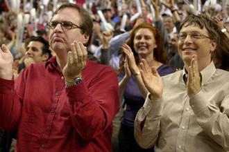 Президент Microsoft Билл Гейтс и владелец «Портленд Трэйл Блэйзерс» Пол Аллен во время баскетбольной игры в Портленде, штат Орегон, 2000 год