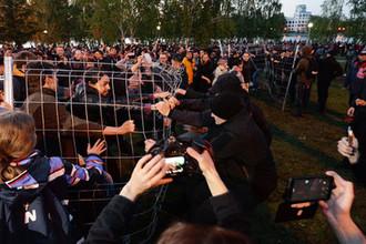 Участники протестной акции против строительства храма Святой Екатерины у театра драмы в Екатеринбурге, май 2019 года