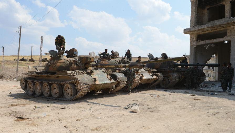 На переднем плане танк Т-55, оснащенный тепловизионным прицелом сирийской разработки «Viper» («Гадюка», создан с использованием китайских компонентов), установленном в бронированном корпусе над стволом 100-мм пушки.