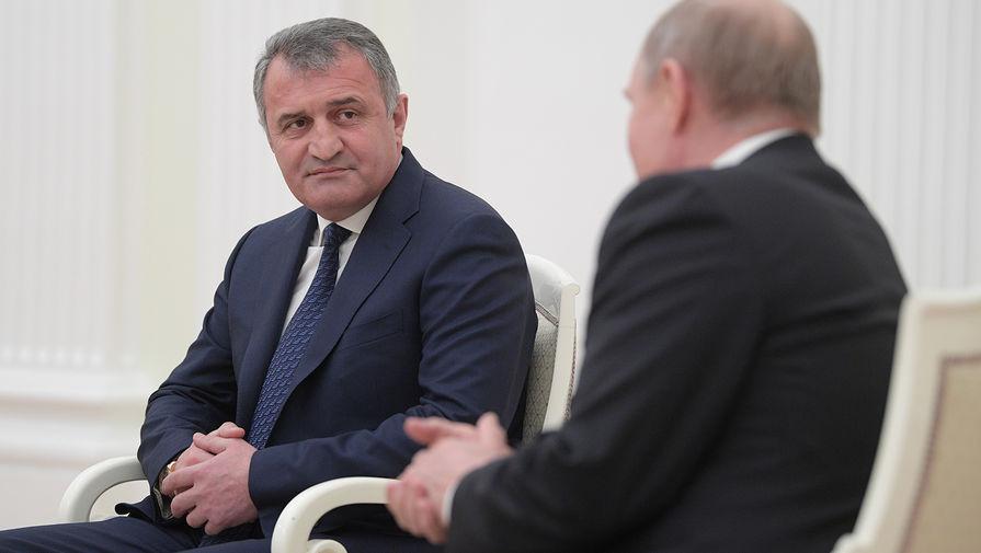 Президент России Владимир Путин и президент Республики Южная Осетия Анатолий Бибилов во время встречи в Москве, 2019 год