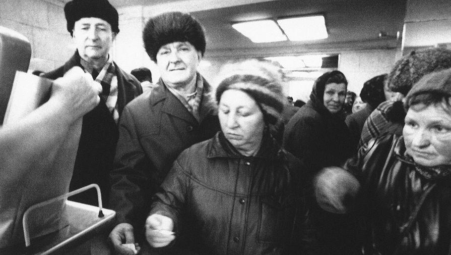 Пенсионеры в очереди в продуктовом магазине в Москве, 20 марта 1991 года