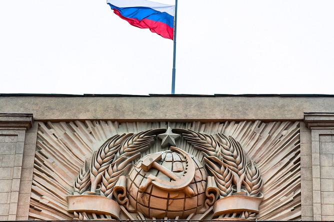 Серп и молот на здании Государственной думы в Москве, февраль 2017 года