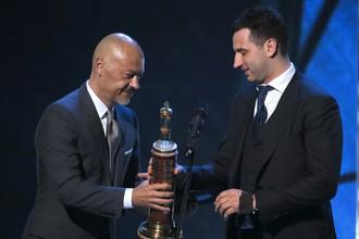 Федор Бондарчук (слева) вручает Роману Ротенбергу на гала-вечере КХЛ приз как лучшему генеральному менеджеру
