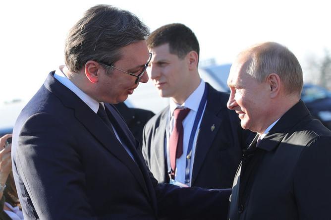 Президент России Владимир Путин с президентом Республики Сербии Александром Вучичем во время встречи в аэропорту имени Николы Теслы в Белграде, 17 января 2019 года