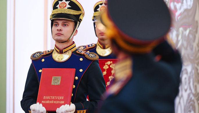 Солдаты Президентского полка со специальным экземпляром российской Конституции во время церемонии инаугурации президента Владимира Путина в Кремле, май 2018 года