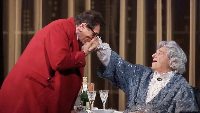 Сцена из спектакля «Бенефис» с Владимиром Этушем (кадр из видео)