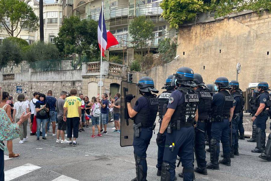 Полиция применила слезоточивый газ дляСЂР°Р·РіРѕРЅР° протестующих СѓРґРѕРјР° РјСЌСЂР° Ниццы