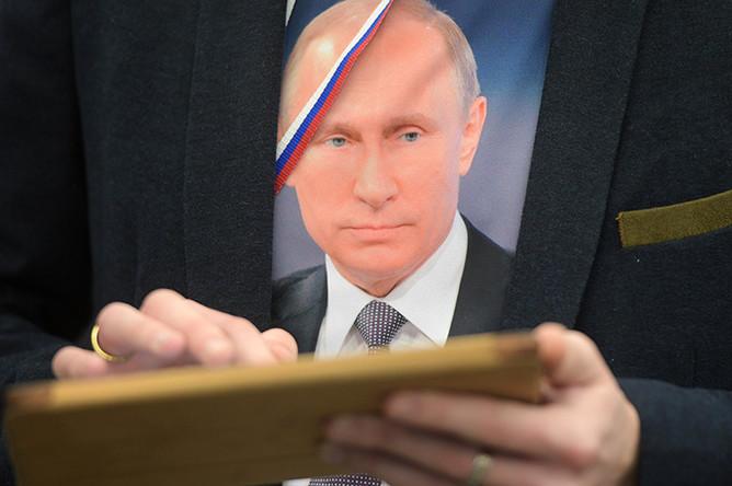 Журналист перед началом двенадцатой большой ежегодной пресс-конференции президента РФ Владимира Путина в Центре международной торговли на Красной Пресне