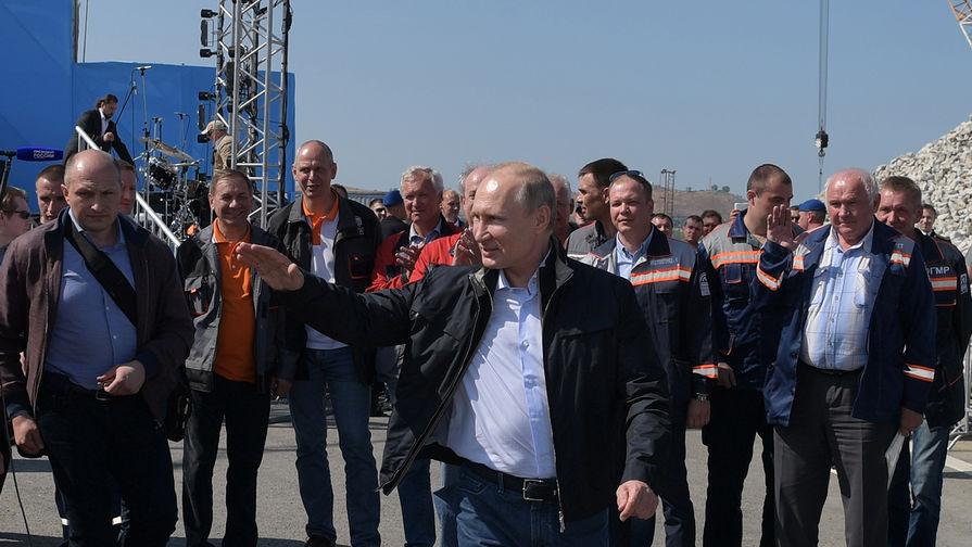 Президент России Владимир Путин за рулем «КамАЗа» после выступления на митинге-концерте во время церемонии открытия моста через Керченский пролив, 15 мая 2018 года